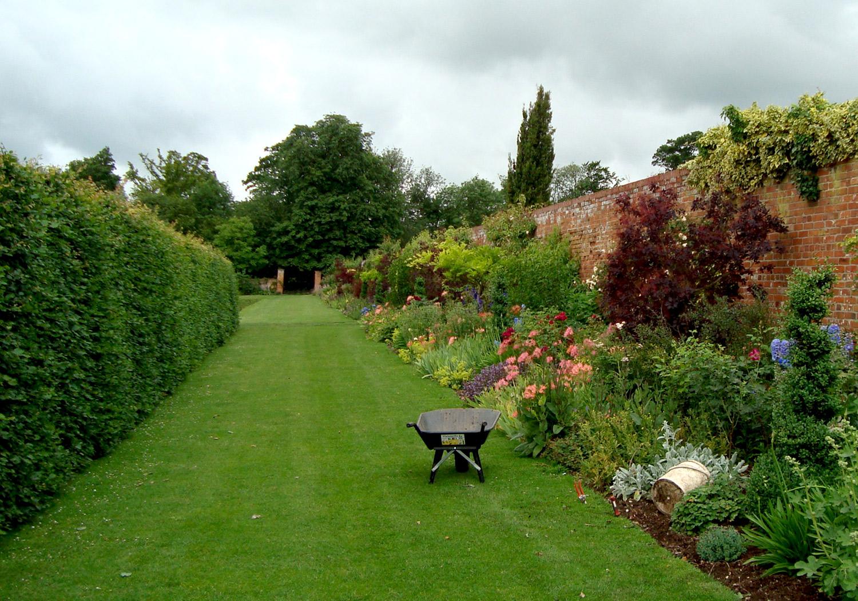 Projects-GardensEstates-LittleThurlow-GardenWallPhoto-1500x1050